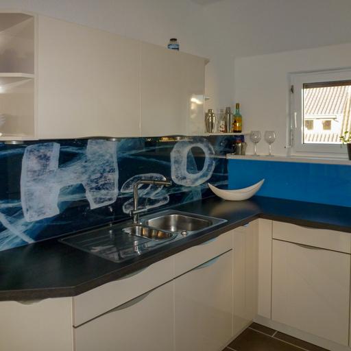 b s glasdesign ideen in glas f r k che bad und wohnen. Black Bedroom Furniture Sets. Home Design Ideas